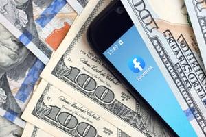 kharkov-ukraine-february-6-2020-smartphone-screen-with-facebook-app-and-lot-of-hundred-dollar-bills_t20_6YoXg6